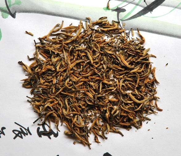 Dianhong Fengqing Classic 58 Schwarzer Tee: trockene gerollte Teeblätter