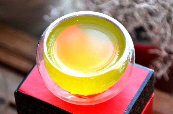 Strahlend hellgrüne Tassenfarbe von Kabusecha Tenko Grüner Tee