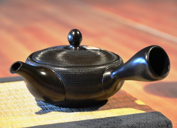 Japanische Kyusu Teekanne, schwarz, 220ml, Handarbeit aus Ton