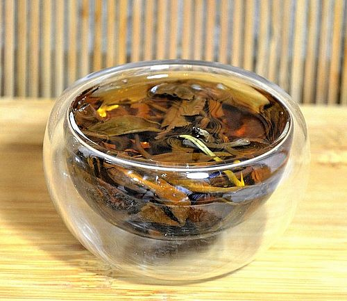 Artisan Ancient Snow Shan Tra Pai Hao Tee in der Tasse