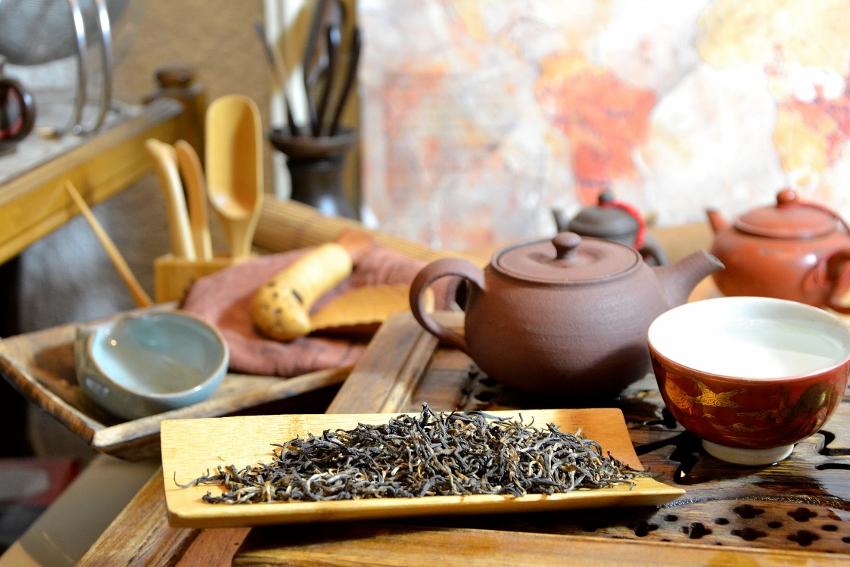 Schwarzer Tee der Frühlingspflückung im Latumoni-Teegarten, Assam, Indien