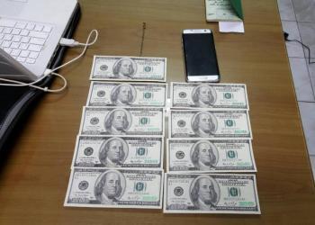 Des contrôles ont établi que 9 des billets de 100 dollars américains étaient en fait des faux