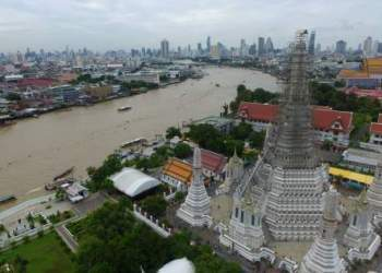 Vue sur le temple Wat Arun en travaux, la rivière Chao Phraya et la ville de Bangkok