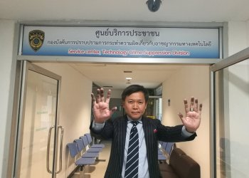 Le journaliste Pravit Rojanaphruk lors de sa convocation par la police