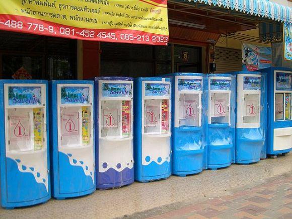 Des machines à eau dans une rue de Pattaya, en Thaïlande