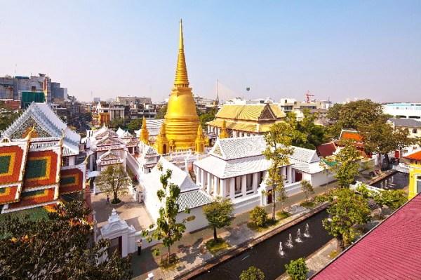 L'Office du Tourisme de Thaïlande a mis en place un service de bus gratuits permettant de visiter 10 temples de Bangkok, à l'occasion de Songkran
