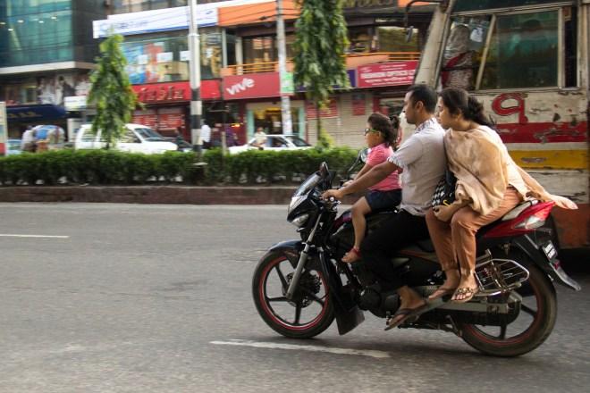 Les motocyclistes du Bangladesh ne pourront plus être servis en carburant s'ils ne portent pas de casque