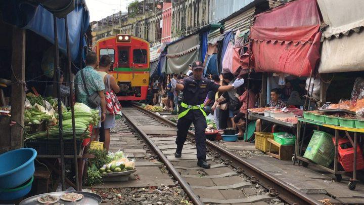 Le Maeklong Railway Market, traversé par les voies de chemin de fer