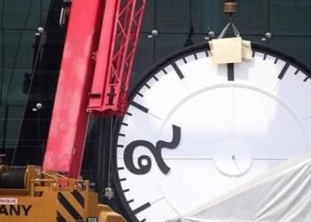 Bangkok : une horloge géante installée à la future gare centrale de Bang Sue en hommage au Roi Rama IX