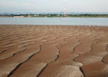 Le niveau du Mékong chute à un seuil critique, des dunes de sable apparaissent