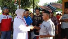 Yunisra Syahiran Salurkan Bantuan Korban Kebakaran di Nagari Aia Gadang