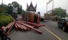 Truk Pengangkut Tiang Listrik Terguling di Silaing Padang Panjang
