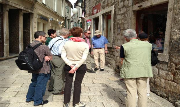 turisti gledaju