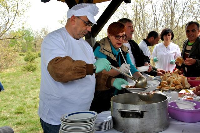 26) Gradonačelnik grada Drniša sa suradnicima dijeli porcije graha