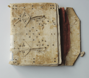 An example of binding with a flapping element on the side in the Cathedral Archive of Murcia (source of the picture)