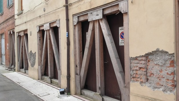 mirandola-2-ricostruzione-terremoto-puntelli-cantiere