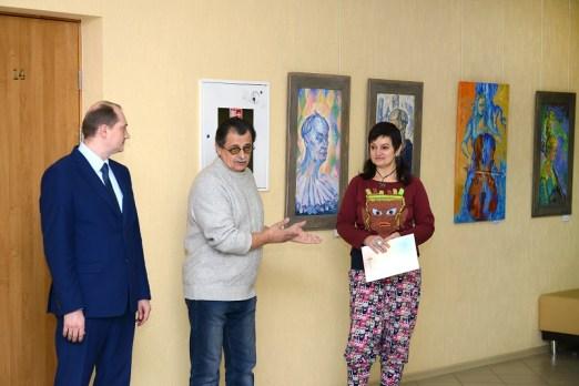 Сергей Мосиенко поздравляет автора. Фото: Игорь Шадрин