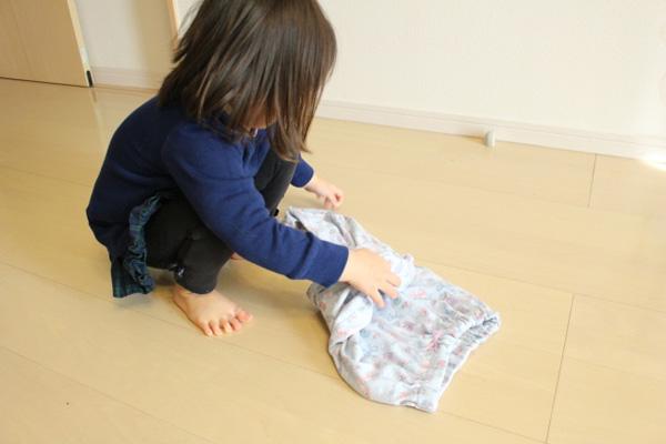 洗濯を畳む子ども