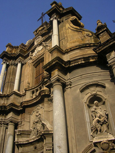 L'église du couvent Sainte-Anne (détail de la façade baroque)