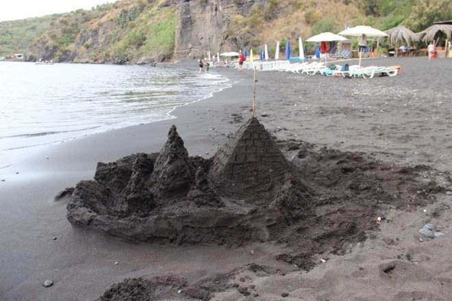 Un château de sable...noir! ©Régine Cavallaro