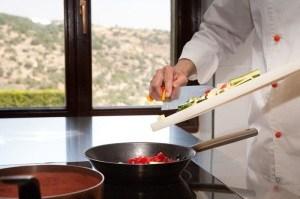 Cuoco cucina (www.ragusaospitalitadiffusa.it)