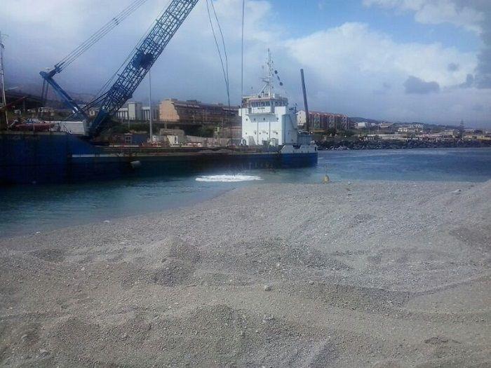 Una fase dele operazioni di dragaggio nel porto di Tremestieri l'estate scorsa