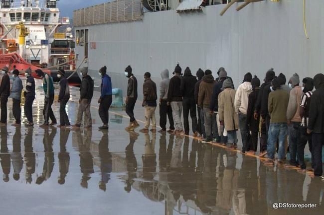 Sbarco profughi 26-12-2014 d (Sturiale)