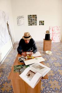 Lois Weinberger  nel suo studio_Palazzo Milio_Stanza della Seta_Ficarra