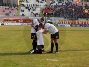 Gustavo, Giorgione e Salvemini esultano per il gol dell'1-0 (Foto Antonio Maimone)