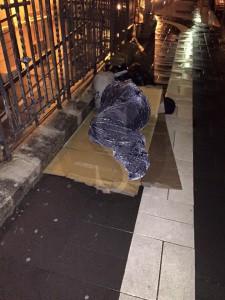 Clochard dorme sotto la pioggia. La foto, presa dal web, è del 3 marzo scorso