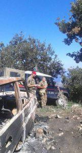 L'auto bruciata e i carabinieri