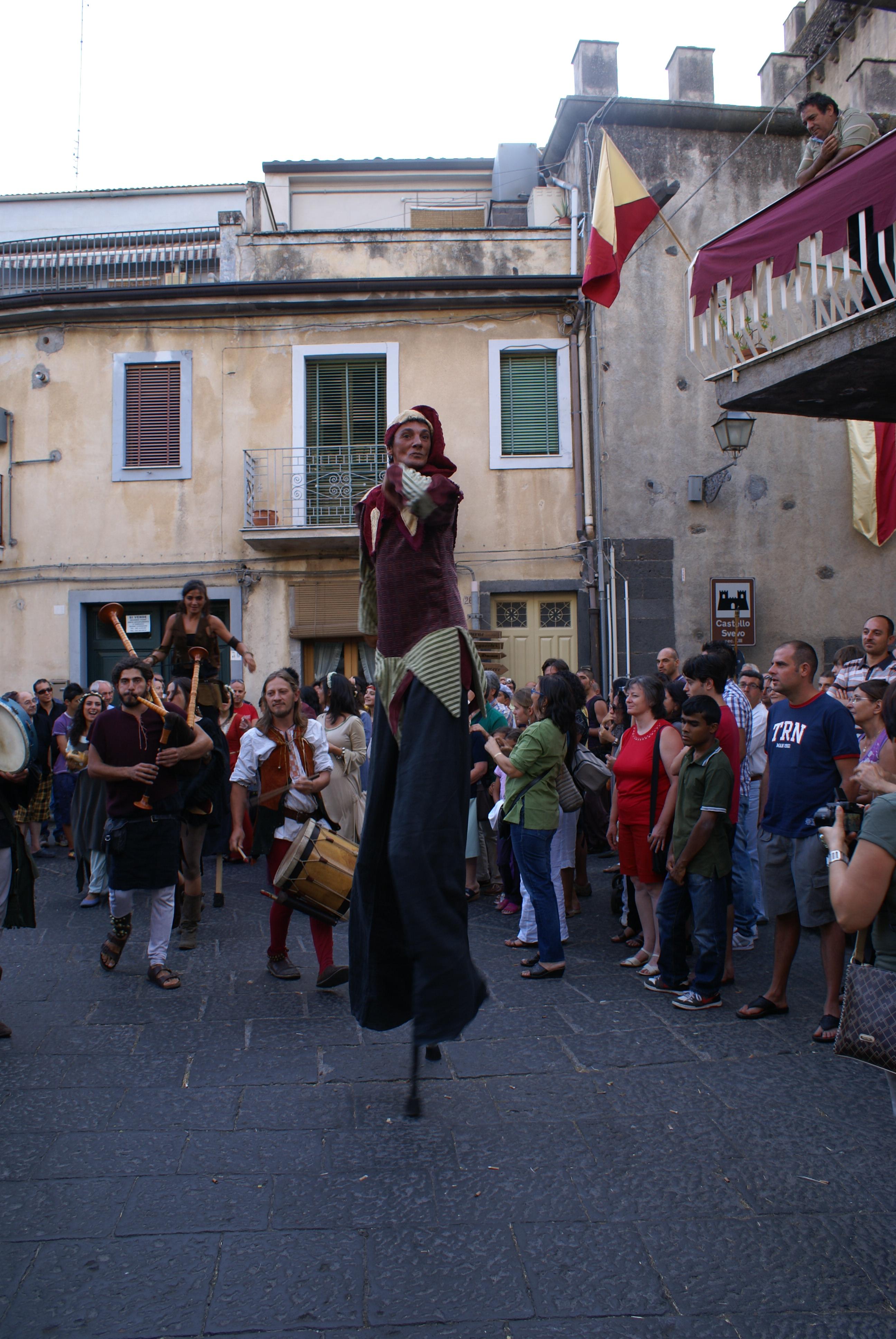 Festa Medievale di Randazzo (Ct). Giocoliere.