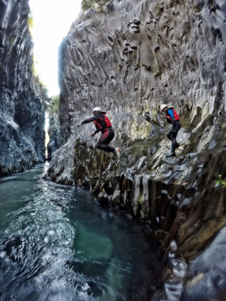 escursionisti di body rafting si tuffano nel fiume alcantara