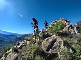 escursionisti praticano archeotrekking in sicilia