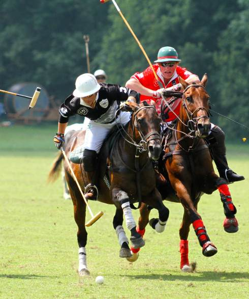 Loreto Natividad (black jersey) in action for Team USPA. (Photo by Elizabeth A. Headley)