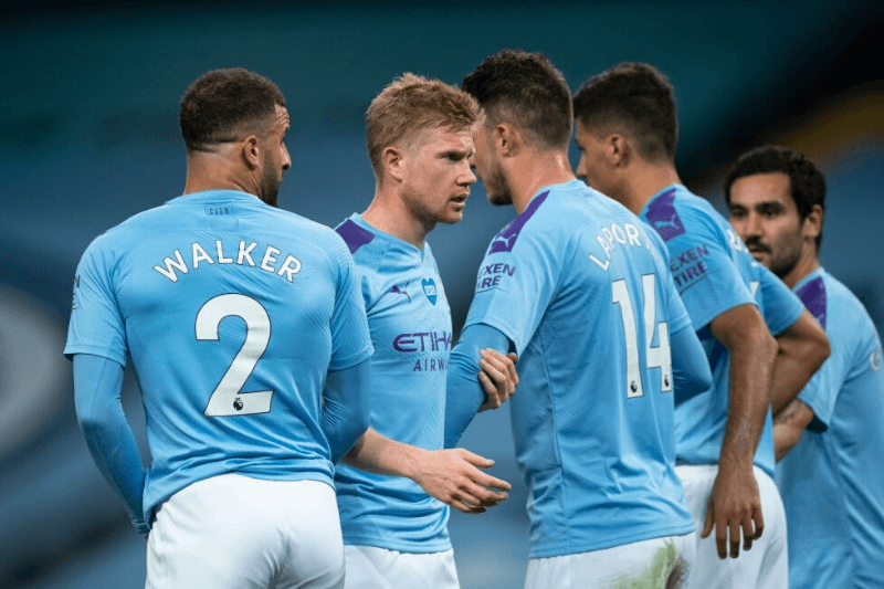 MANCHESTER, ENGLAND - JULY 02: Kevin De Bruyne of Manchester City organises a defensive wall with team mates during the Premier League match between Manchester City and Liverpool FC at Etihad Stadium on July 2, 2020 in Manchester, United Kingdom.