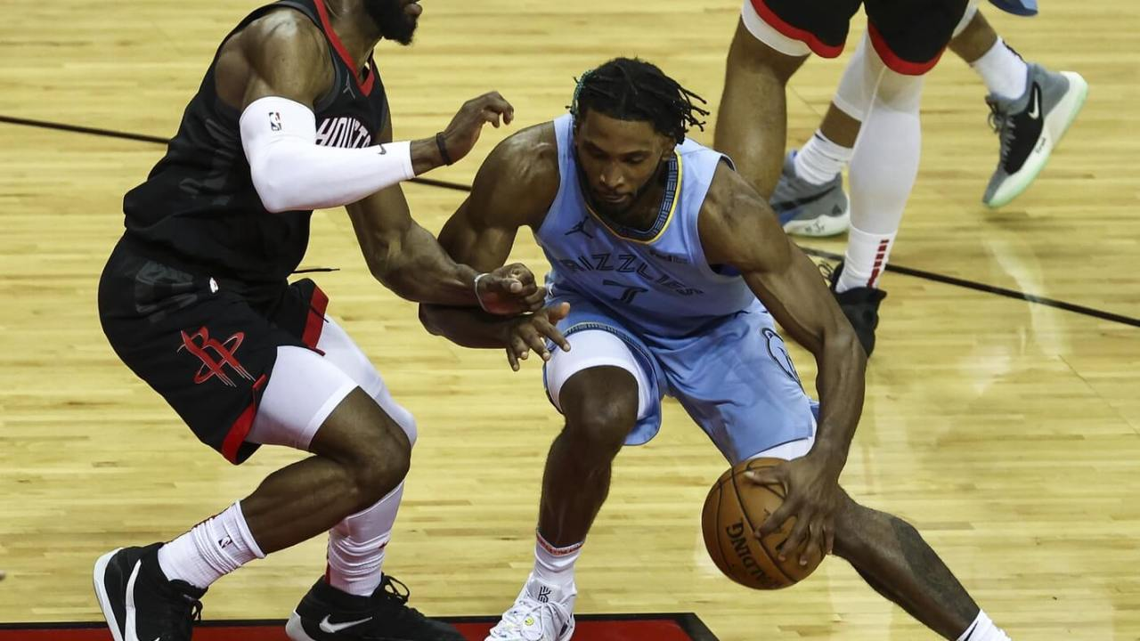 Memphis Grizzlies forward Justise Winslow (7) dribbles the ball as Houston Rockets guard David Nwaba (2) defends during the fourth quarter at Toyota Center.