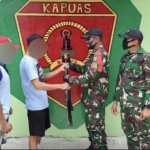Satgas Yonif 642/Kapuas Terima Satu Pucuk Senjata Rakitan Dari Warga Perbatasan