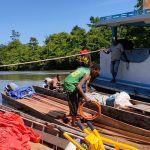 Warga Distrik Kawagit Bantu Longboard Untuk Angkut Material TMMD