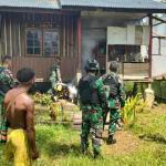 Cegah Bibit Penyakit, Satgas Yonif 512/QY Gelar Fogging Rumah Warga Perbatasan Papua