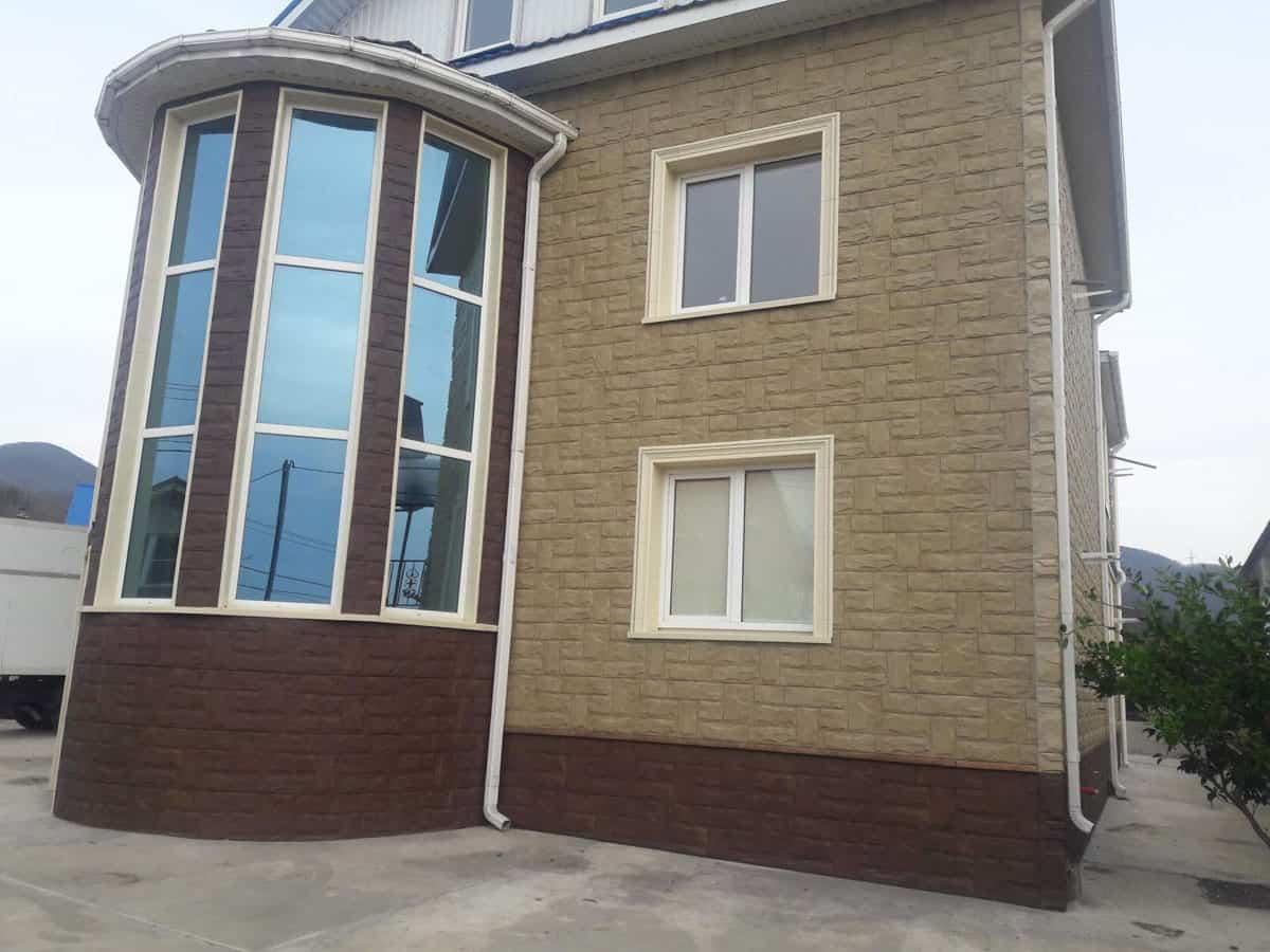 Панель Гранит Уральский на фасаде здания + Балканский на цоколе