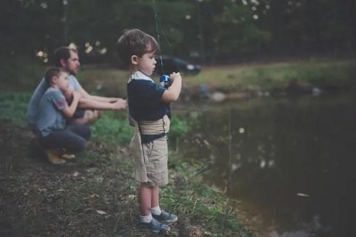 bambini che pescano con il padre