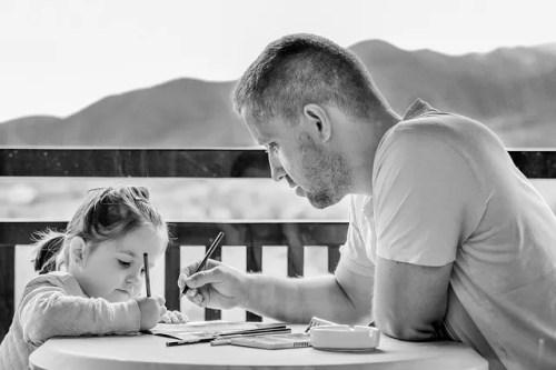 Padre che aiuta la figlia a fare i compiti
