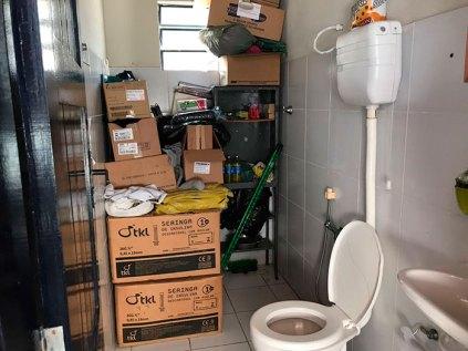 Banheiro-é-usado-também-como-almoxarifado