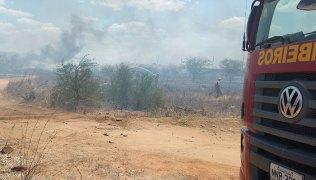 Bombeiros-deram-combate-a-incêndio-na-vegtação-dentro-do-Itans