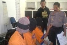 Ketiga tersangka setelah berhasil diamankam polisi memakai seragam tahanan.
