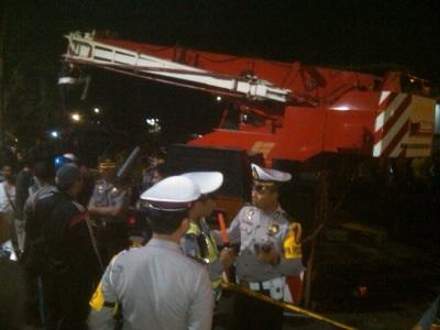 Petugas mempersiapkan evakuasi terhadap kereta dan truk crane yang tabrakan di perlintasan KA Kemantren, Buduran