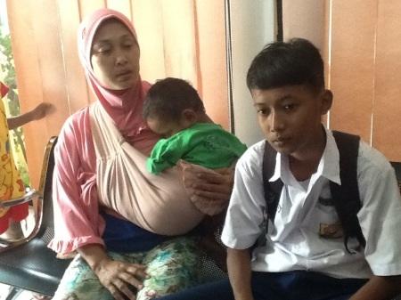 Safirna Rosul Zakaria Bachrie (kanan)  bersama ibunya Lusi Virdiana saat menceritakan dugaan kekerasan yang dilakukan oleh guru SMPN 6