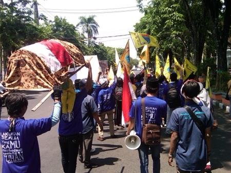 Aktivis PMII Sidoarjo saat aksi jalan mudur menuntut Pilkada langsung