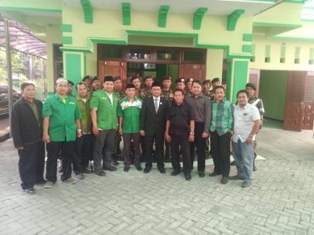 Ketua DPRD Sidoarjo Sullamul Hadi Nurmawan (tengah) bersama pengurus GP Ansor dan Banser